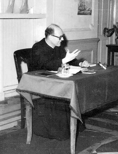 El Padre Fundador predicando en el año 1977.