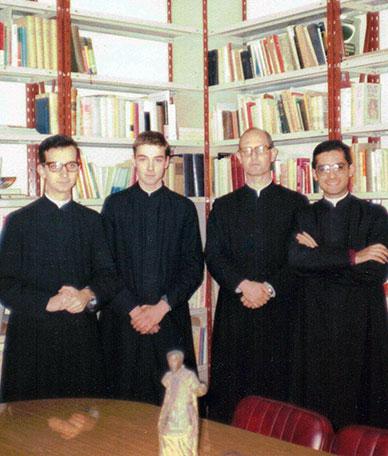El Padre Fundador con los primeros hermanos que le acompañaron.